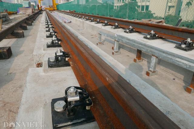 Ray liên kết với dầm bê tông bằng hệ thống liên kết không đá ba lát giúp cho tàu chạy êm hơn và hạn chế rung lắc.