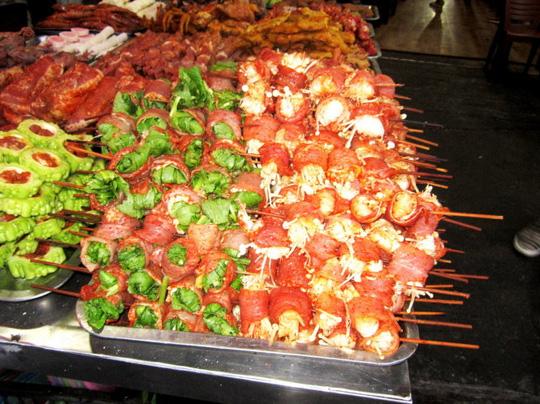 Nấm kim chi, rau cải được cuộn bằng thịt lợn lát mỏng - Ảnh: N.T.LƯỢNG