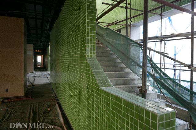 Tại nhà ga La Khê (Hà Đông) phần gạch lát 2 bên cầu thang, đỉnh mái và các thiết kế sơn bề ngoài có mầu xanh cốm