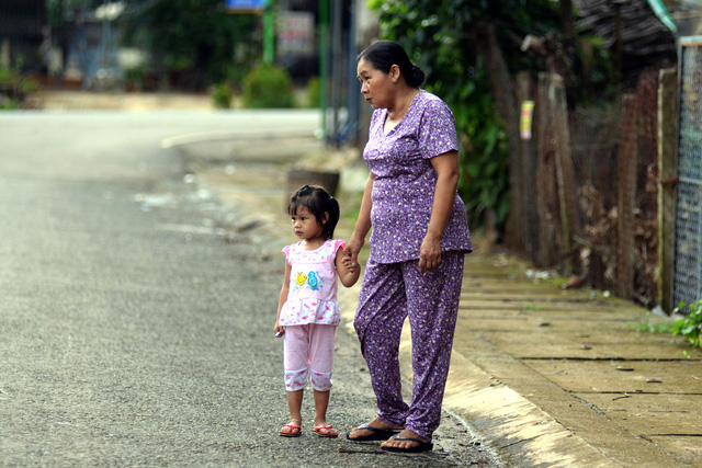 Chiều chiều, bà ngoại bé Lan Anh thường dẫn cháu đi dạo khắp khu để bé nhanh quen hàng xóm láng giềng