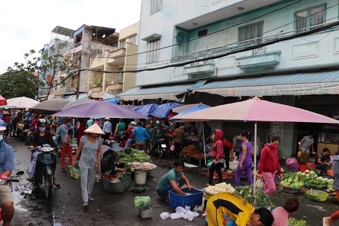 Chợ đông đúc từ khoảng 4h chiều, là lúc công nhân tan ca. Ảnh: Thịnh Nguyễn.