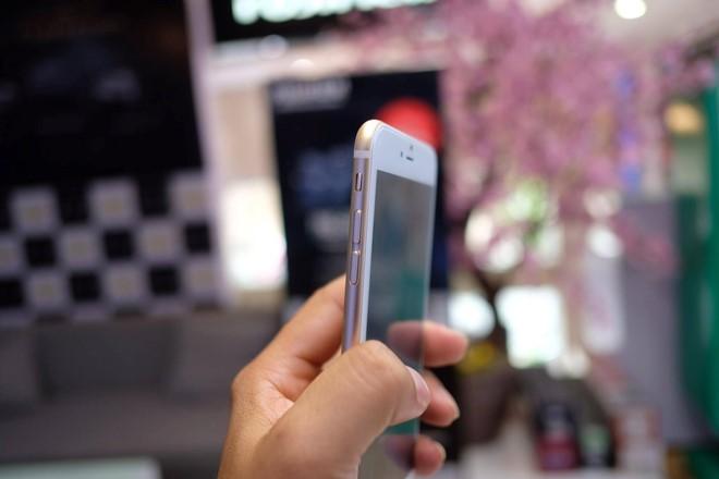 Tính ra, giá bán của iPhone 7 Plus nhái có thể chưa bằng 1/10 so với bản gốc. Tại Việt Nam, một số đơn vị kinh doanh dự kiến cho đặt iPhone 7 Plus với giá gần 30 triệu đồng cho bản dung lượng thấp nhất (32 GB).