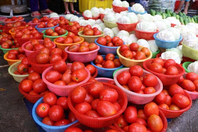 Rau củ được chia thành nhiều rổ nhỏ bán đồng giá 5.000 đồng. Ảnh: Thịnh Nguyễn.