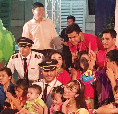 Tổng giám đốc Vietjet và các phi công vui đùa bên các bé