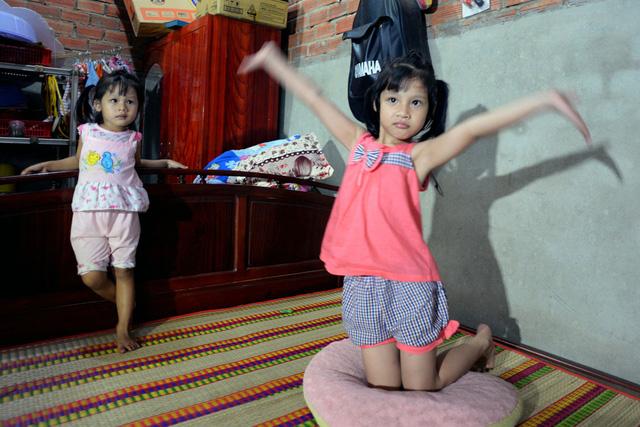 Hiện tại gia đình chị Trang sống trong ngôi nhà nhỏ dựng trên mảnh đất mượn của chính quyền địa phương. Chồng chị Trang đi làm xa cuối tuần mới về, chị Trang lại đi bán rau củ ban đêm nên bé Lan Anh thường ở nhà chơi với chị gái và bà ngoại.