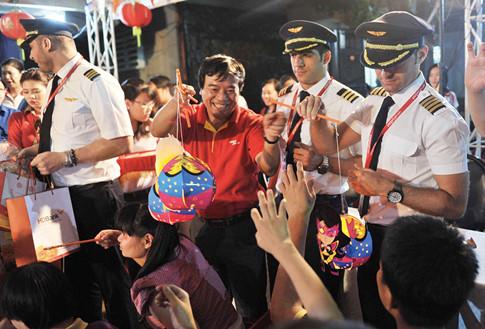 Cán bộ nhân viên, phi công cùng đồng hành với CEO của mình trong công tác thiện nguyện