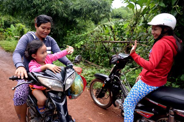 Bé Ngọc Yến cũng đã được trở về với mẹ ruột Thị Liên ở huyện Hớn Quảng. Mỗi lần nhớ con, chị Trang thường chạy xe vào trong bản để thăm lại đứa con chăm sóc ba năm