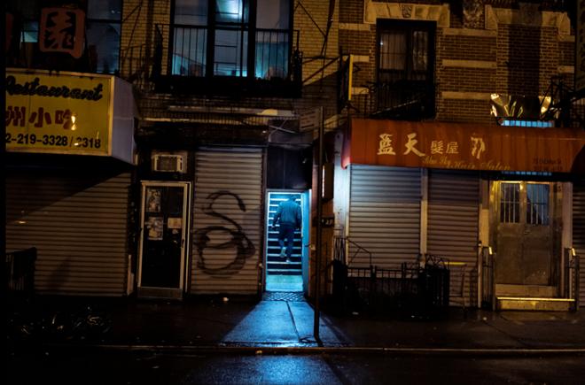 Người đàn ông thất thểu trở về quán Freedom Zone Internet Cafe sau khi đi dạo ở ngoài.