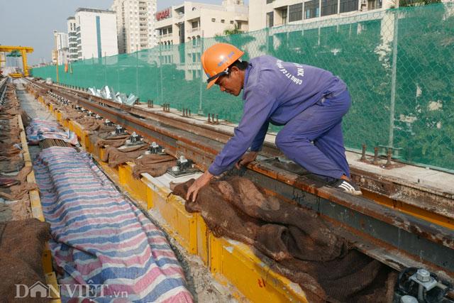 Bê tông mới được đổ xong được các công nhân che bao tải để tránh ảnh hưởng bới mưa nắng và được giữ ẩm