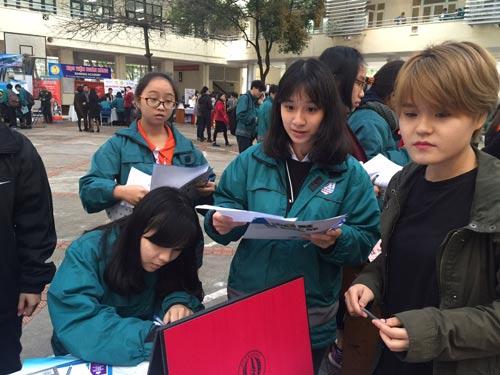Học sinh Trường THPT Nguyễn Tất Thành (Hà Nội) tìm hiểu thông tin tuyển sinh