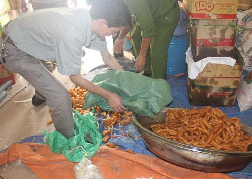 Ông Đới Văn Thịnh (trú phường Đội Cung, TP Vinh) sử dụng phụ gia, ngâm tẩm hóa chất không rõ nguồn gốc sản xuất quẩy - Ảnh: Phạm Băng