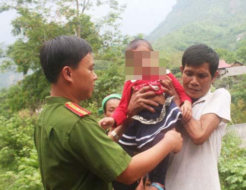Công an huyện Tương Dương bàn giao Moong Thị Tân M. cho người nhà sau khi giải cứu cháu từ Trung Quốc