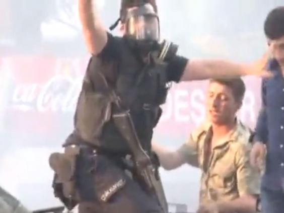 Một cảnh sát tìm cách kêu gọi đám đông người dân bình tĩnh..