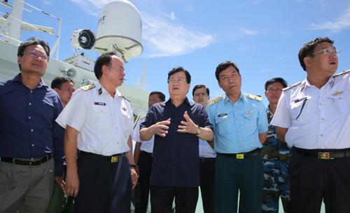Phó Thủ tướng chỉ đạo khẩn trương trục vớt động cơ máy bay, mở rộng vùng tìm kiếm để sớm tìm thấy các thành viên phi hành đoàn trên máy bay Casa-212 hiện đang mất tích