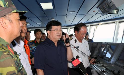 Phó Thủ tướng gọi điện thăm hỏi, động viên lực lượng tìm kiếm trên các tàu tại hiện trường - Ảnh: VGP/Xuân Tuyến