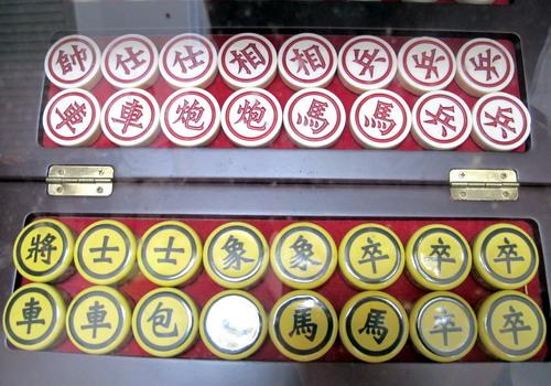 Bộ quân cờ làm bằng gốm sứ Minh Long