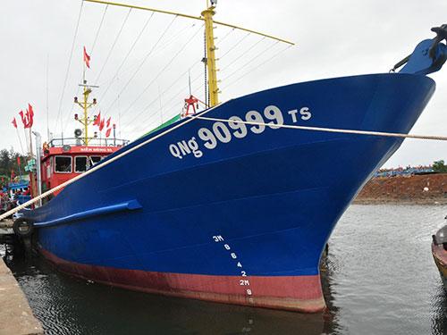 Một chiếc tàu vỏ thép ở Quảng Ngãi được đóng mới từ nguồn vốn vay. Ảnh TL
