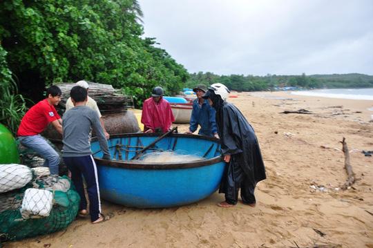 Ngư dân huyện Bình Sơn (Quảng Ngãi) đưa tàu thuyền lên bờ tránh áp thấp nhiệt đới