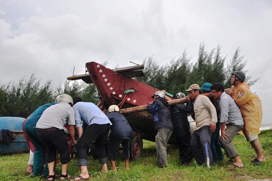 Ngư dân bãi ngang ven biển Quảng Ngãi đưa tàu thuyền lên bờ tránh áp thấp nhiệt đới
