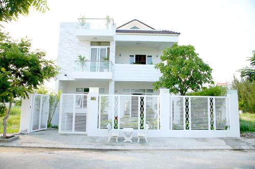 Tường nhà và cổng đều được sơn màu trắng sang trọng.