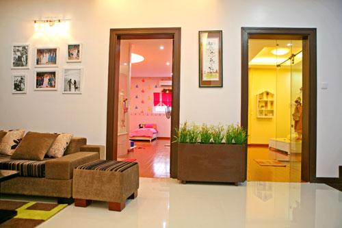 Từ tầng lửng rẽ phải sẽ là phòng hai cô con gái với hai sắc màu mà bé ưa thích: màu hồng cho chị Lọ Lem, màu vàng cho bé Hạt Dẻ.