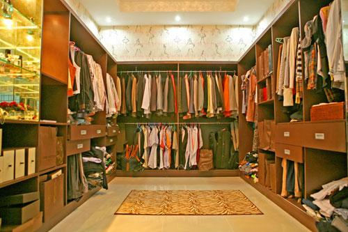 Phòng để quần áo thay đồ rộng lớn của hai vợ chồng.