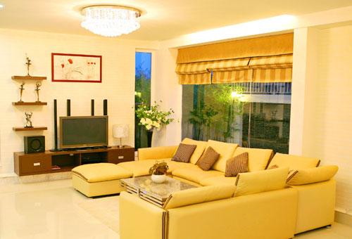 Một góc phòng khách sang trọng hiện đại với kính trắng nhìn ra vách hông nhà được trang trí đá mới lạ.