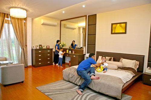 Phòng ngủ không có đồ trang trí. Nội thất làm bằng gỗ nhẹ. Gương soi, sàn gỗ với tấm thảm có hoa văn mềm mại tạo không gian tự nhiên nhưng rất thời trang