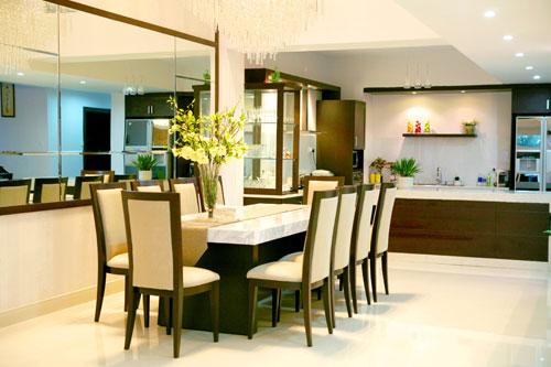Chiếc bàn ăn dài hợp với không gian rộng của phòng bếp do Dạ Thảo thiết kế.