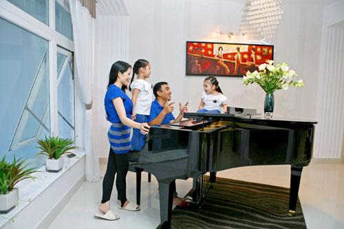 Phòng khách có cây đàn piano và Quyền Linh thường giúp hai cô con gái tập hát.