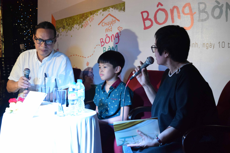 Đạo diễn Trần Lực và con trai - bé Bờm xuất hiện tại buổi ra mắt cuốn sách Chuyện nhà Bông-Bờm-Bách ở TP HCM ngày 9-9