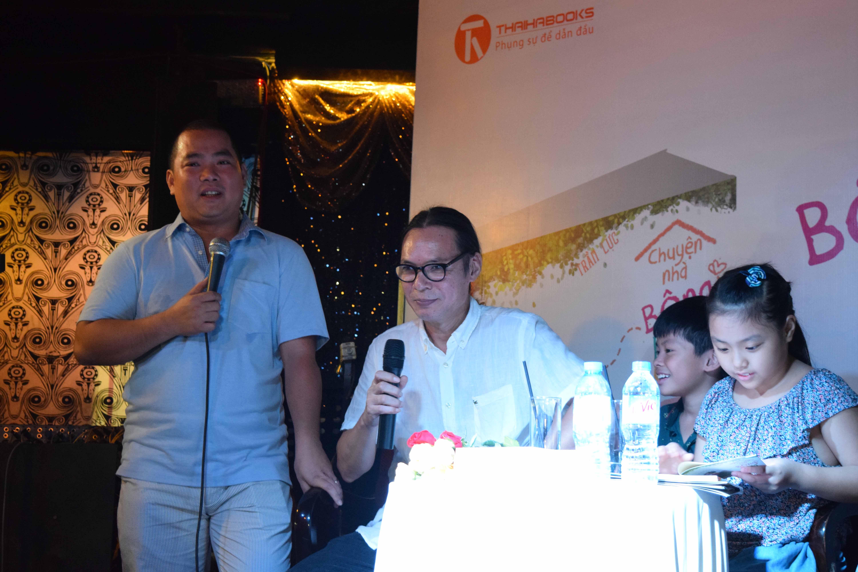 Nhạc sĩ Minh Khang (người đứng) và con gái - những người bạn trong chương trình truyền hình thực tế Bố ơi mình đi đâu thế đến chúc mừng cha con đạo diễn Trần Lực