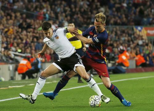 Bàn đá phản của Rakitic khiến Barcelona càng thêm khó khăn