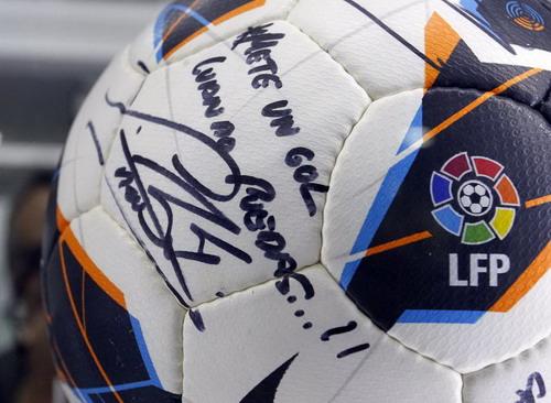 """Lời đề tặng của Ramos lên trái bóng trận gặp Wolfsburg: """"Hãy ghi bàn khi có thể!""""."""