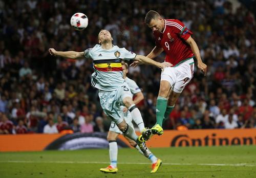 Adam Szalai tấn công trước sự truy cản của Thomas Vermaelen (3- Bỉ)