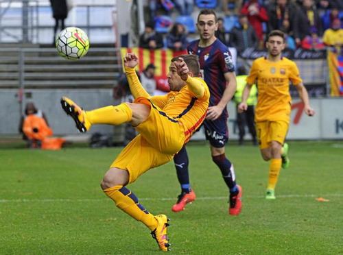 Hàng thủ Barcelona khá vất vả với đội chủ nhà Eibar