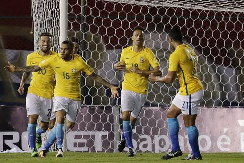Dani Alves (15) giành lại 1 điểm cho Brazil phút 90+2