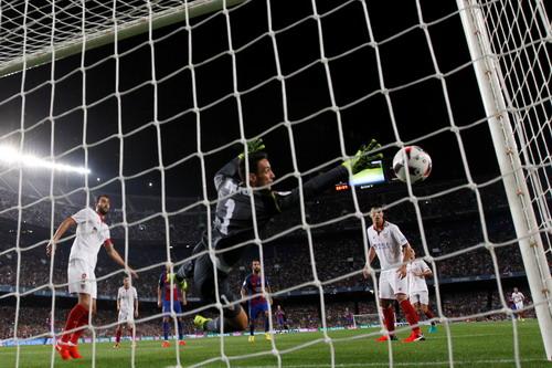 Turan mở tỉ số ngay phút thứ 10 cho Barca
