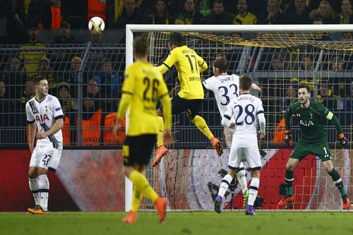 Aubameyang (17) mở tỉ số trước Tottenham