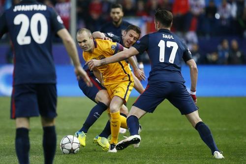 Iniesta trở thành kẻ tội đồ khi chơi bóng bằng tay khiến đội nhà bị phạt đền
