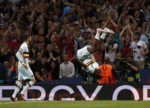 Michy Bashuayi nhảy santo mừng bàn thắng thứ nhì