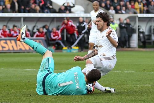 Asmir Begovic có một ngày vất vả trước các chân sút Swansea