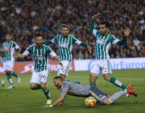 Benzema bị từ chối một quả phạt đền...