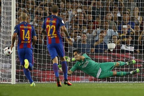 Claudio Bravo là điểm tựa quan trọng của Barcelona 2 mùa qua