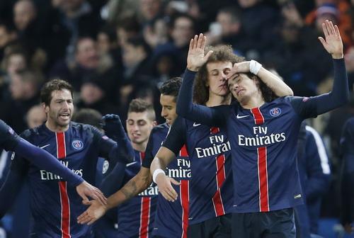 Cavani trong vòng tay đồng đội sau bàn thắng quyết định