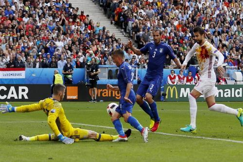 Giorgio Chiellini ghi bàn mở tỉ số cho tuyển Ý