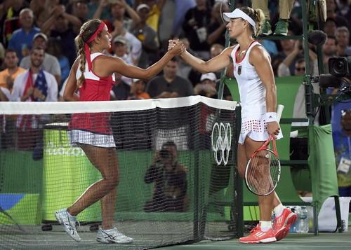 Kerber chúc mừng chiến thắng của tay vợt trẻ Puerto Rico