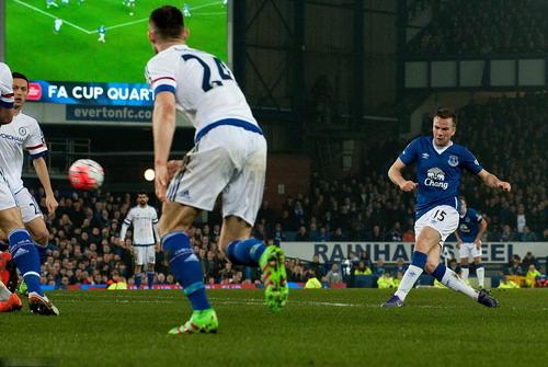 Cleverley cảnh cáo hàng thủ Chelsea với cú sút ở giây 40