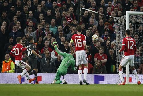 Philippe Coutinho (10) ghi bàn cho Liverpool