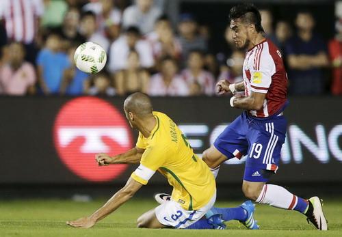 Trung vệ thủ quân Miranda không ngăn nổi Lezcano ghi bàn mở tỉ số